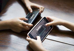 gyerekek játszanak mobilon